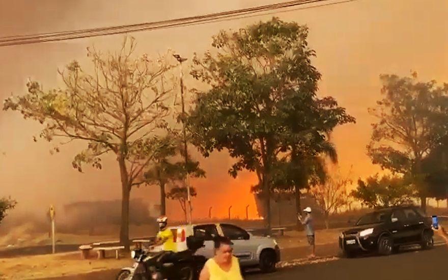 Revide, Incêndio de grandes proporções assusta moradores de Batatais, fogo, batatais, incêndio, queimada, fumaça, qualidade, do, ar, ônibus, rural,